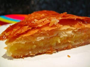 photo d'une galette des rois traditionnelle à la frangipane, photo de lacath.com